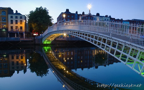 Ha'penny bridge and River Liffey at night, Dublin, Ireland